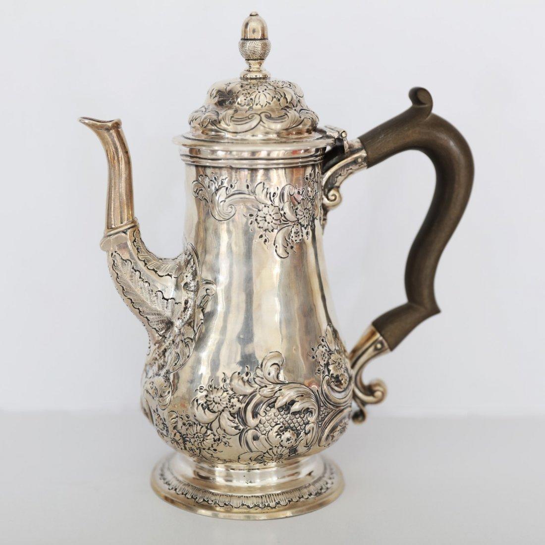 MANIFATTURA INGLESE DEL XIX SECOLO Teiera in argento
