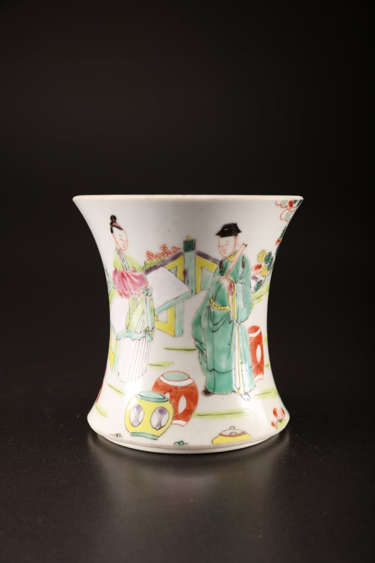 Arte Cinese A polychrome porcelain brushpot depicting a