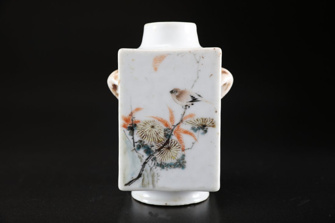 Arte Cinese A small polychrome porcelain vase painted