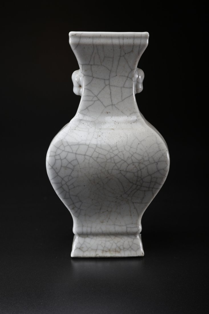 Arte Cinese A porcelain vase with guanyao glaze and