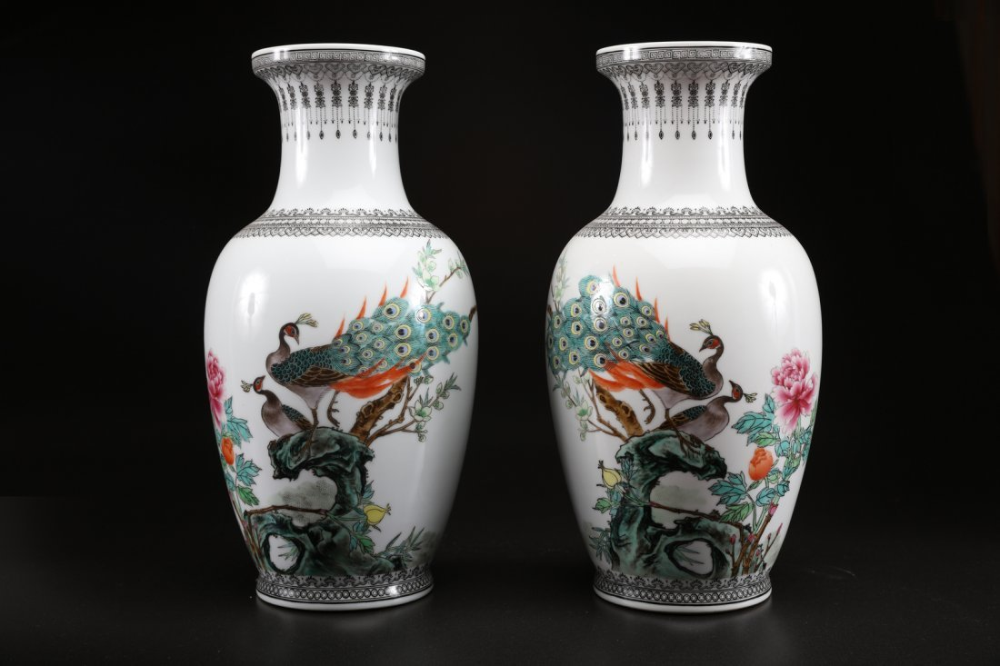 Arte Cinese A pair of porcelain vases painted with