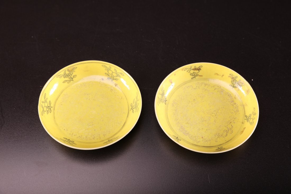 Arte Cinese Pair of yellow glazed porcelain dishes, the
