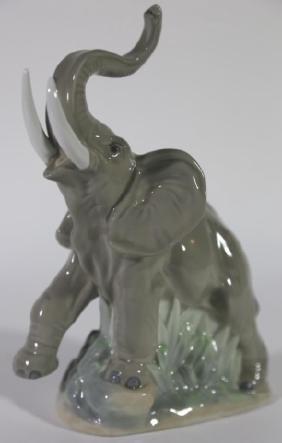 LLADRO PORCELAIN ELEPHANT SCULPTURE