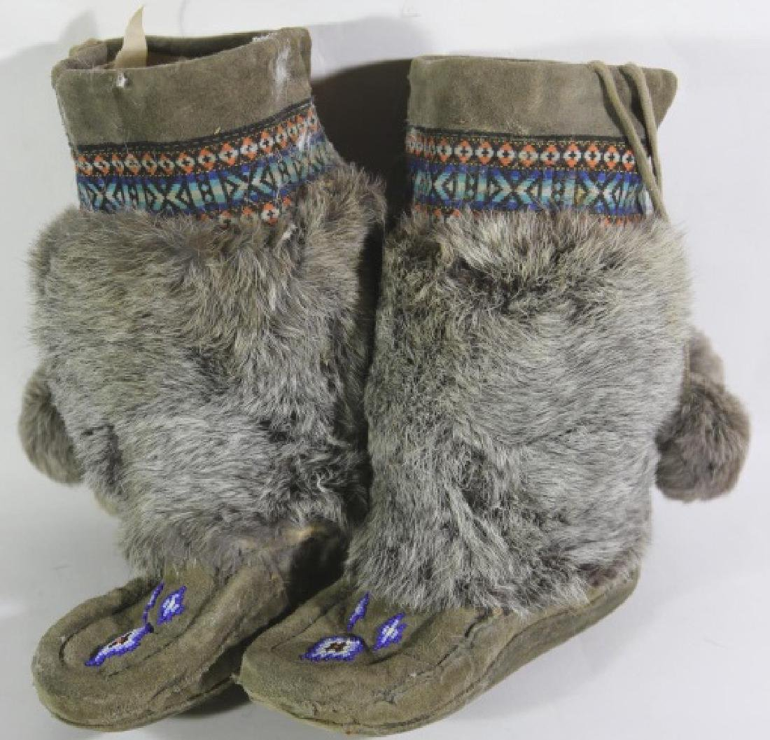 NATIVE AMERICAN HAND BEADED / FUR MOCCASIN BOOTS - 6