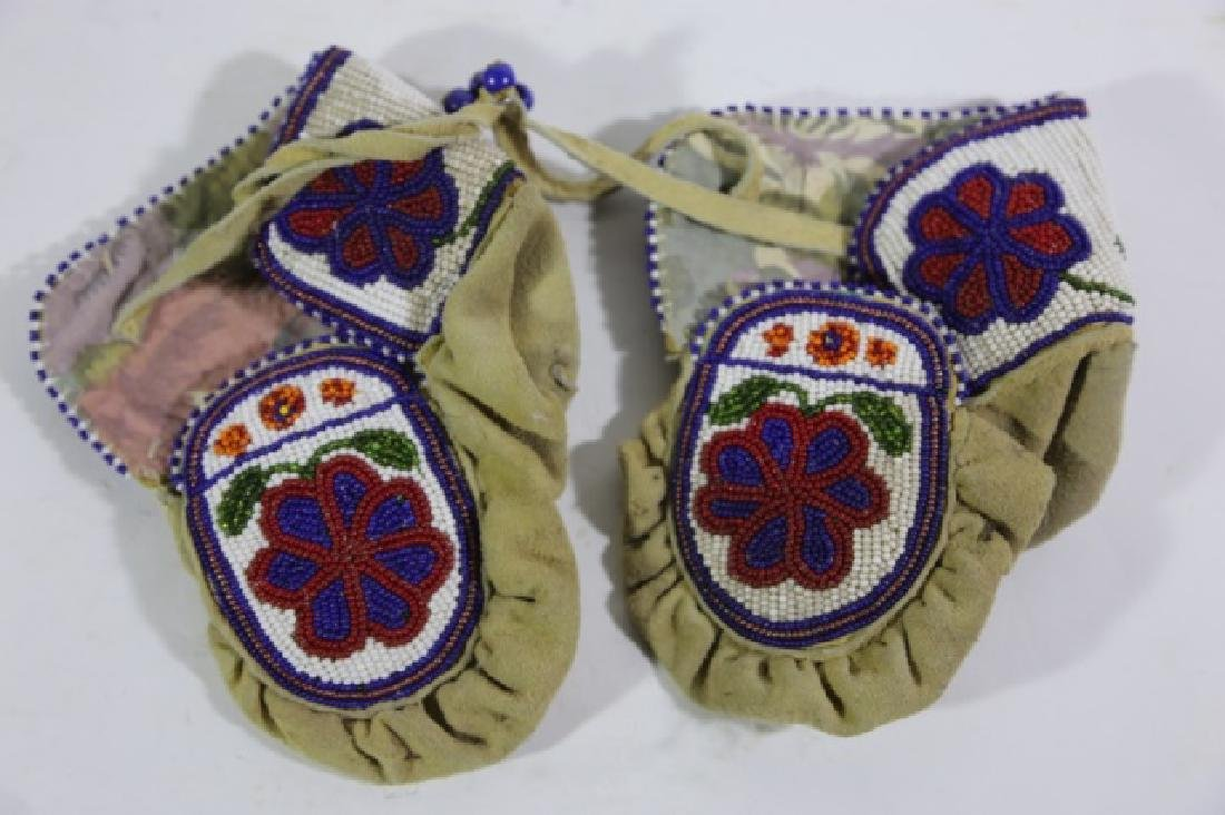 NATIVE AMERICAN HAND BEADED CHILDRENS MITTENS