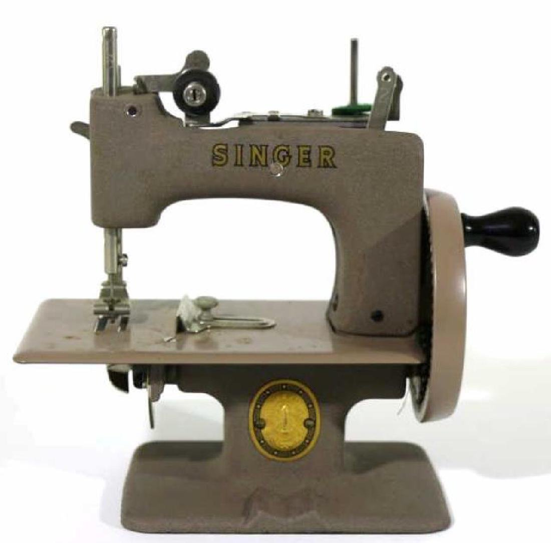 """SINGER """"SEWHANDY"""" VINTAGE CHILDS SEWING MACHINE"""