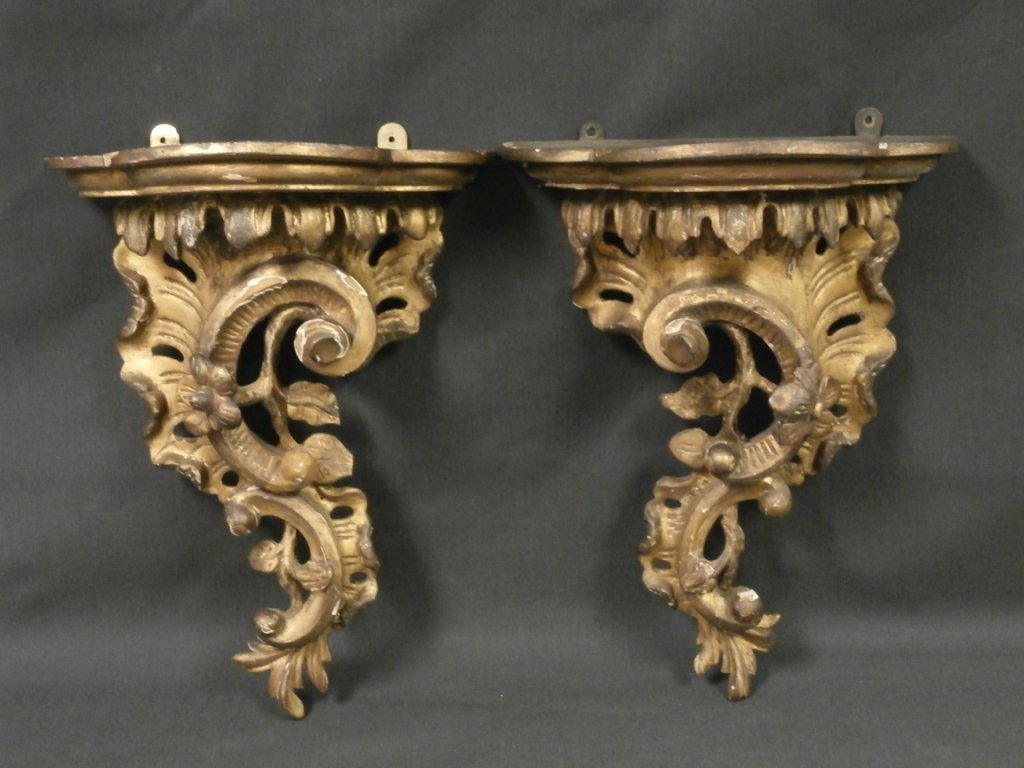 EARLY 19TH CENTURY PAIR OF CARVED GILT WALL BRACKETS:
