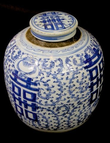 LARGE CHINESE BLUE AND WHITE LIDDED GINGER JAR: