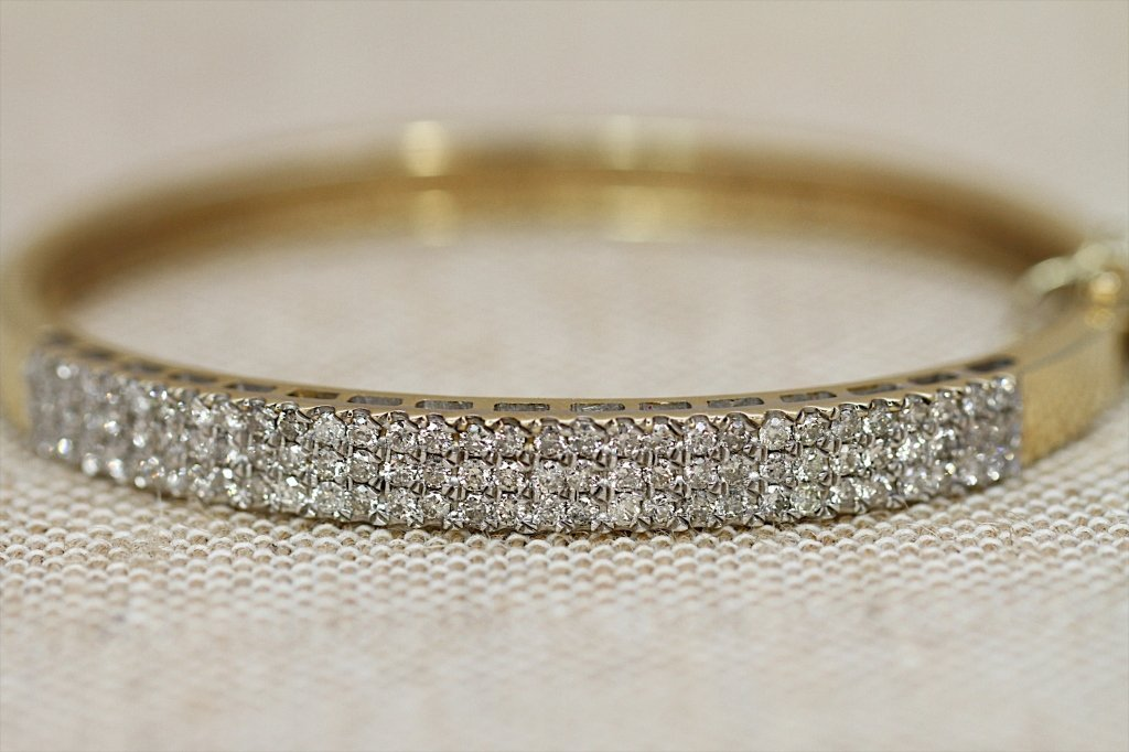 14KTYG & 2 CARAT DIAMOND BANGLE BRACELET: