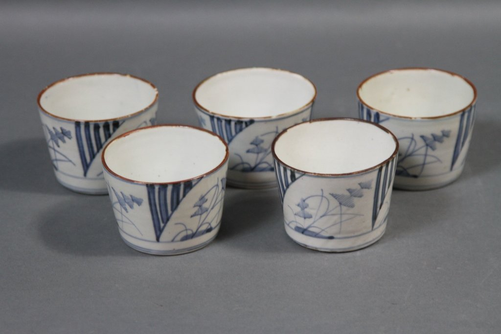 CHINESE BLUE AND WHITE LOT OF FIVE BOWLS: