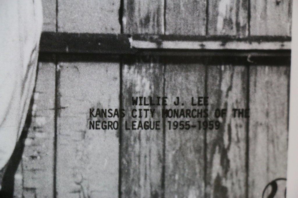 WILLIE J. LEE KC MONARCHS SIGNED BASEBALL PHOTO - 4
