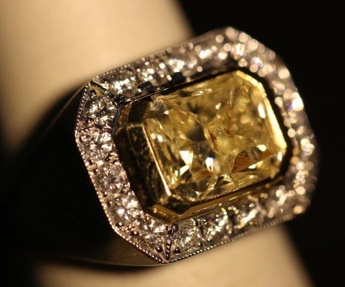 18 KWG 4.10 CT CANARY & BRILLIANT-CUT DIAMOND RING