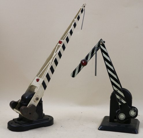 LIONEL LOT OF 2 METAL ELECTRIC/SWING SIGNALS
