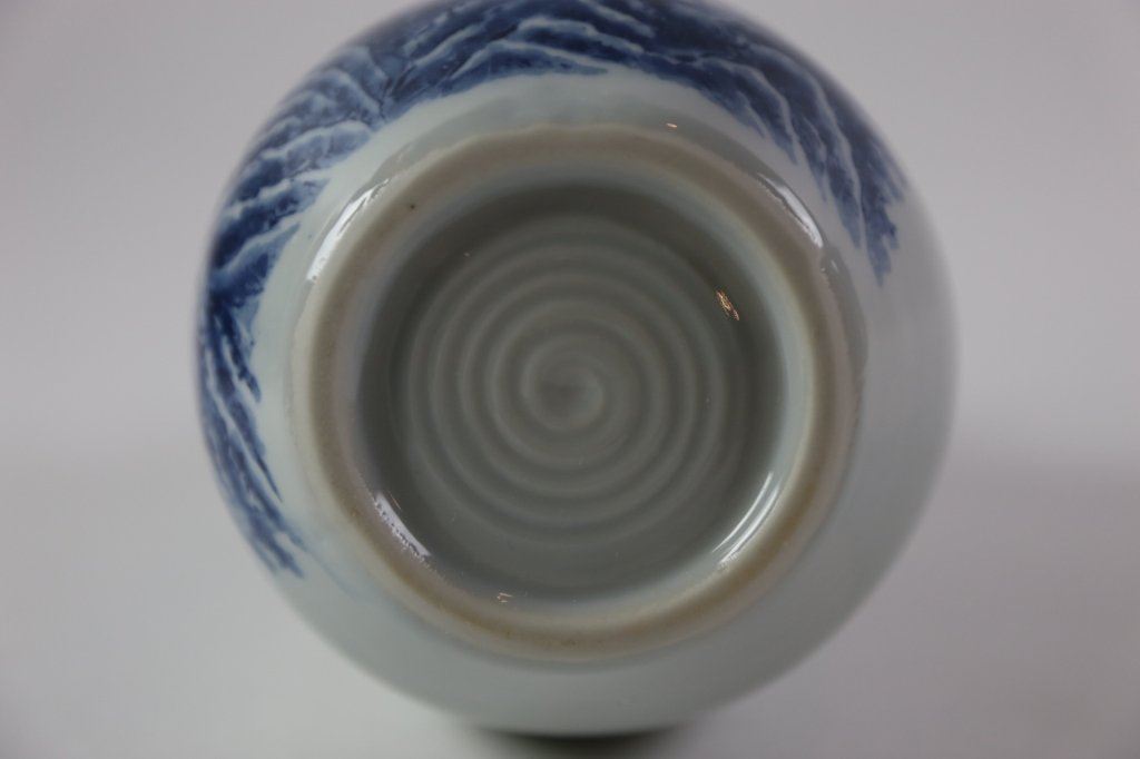 JAPANESE ANTIQUE BLUE AND WHITE SAKE VASE - 9