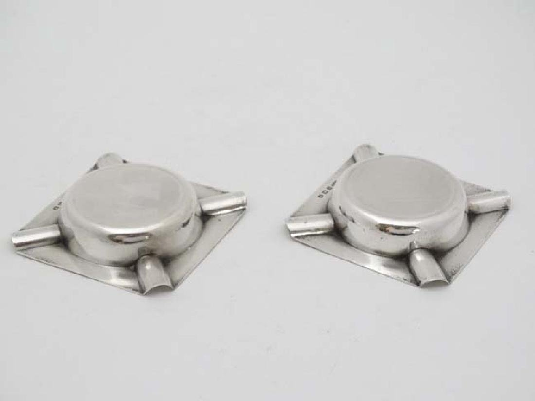 A pair of Art Deco silver ashtrays with engine turned - 4