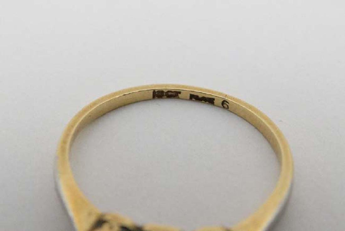 A 18ct gold ring set with trio of diamonds - 2