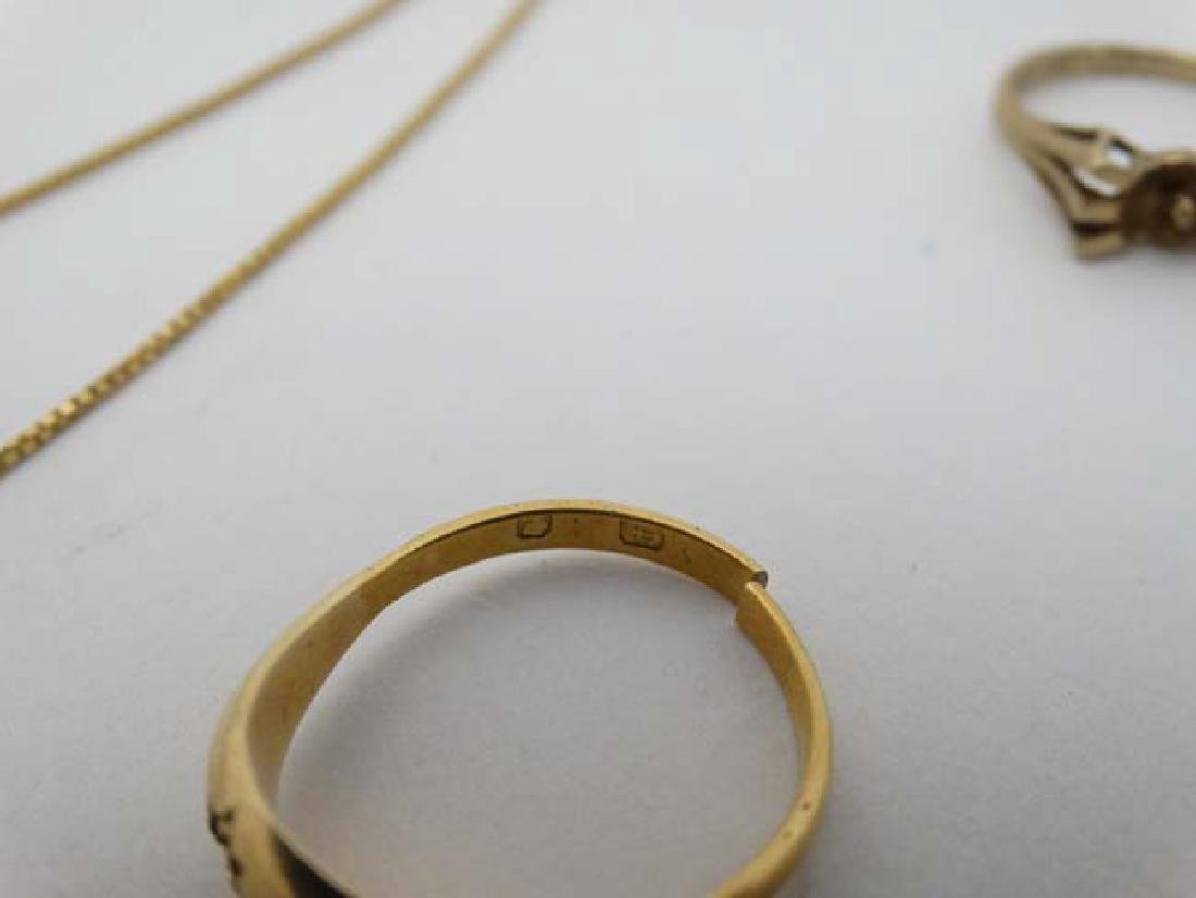 Assorted 9ct gold and gilt metal jewellery to include - 10