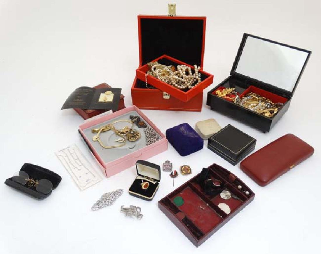 A quantity of assorted jewellery to include necklaces,