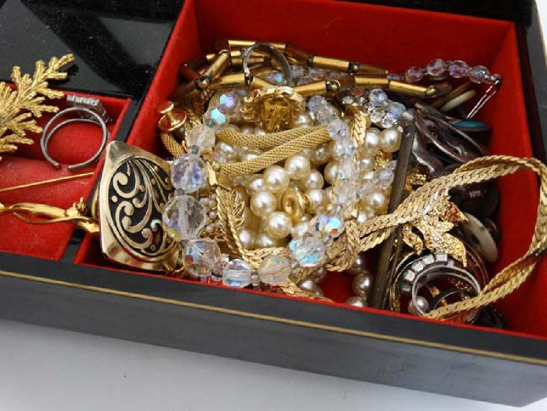 A quantity of assorted jewellery to include necklaces, - 5