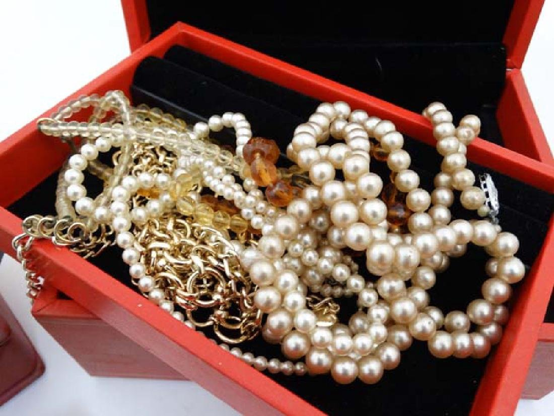 A quantity of assorted jewellery to include necklaces, - 7