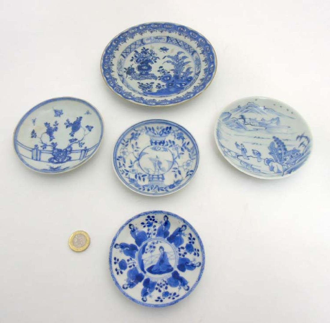 5 Chinese plates  : a blue and white plate depicting a