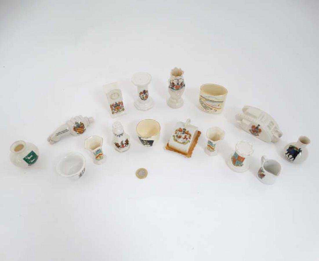 Crested ware: A quantity of assorted crested china to