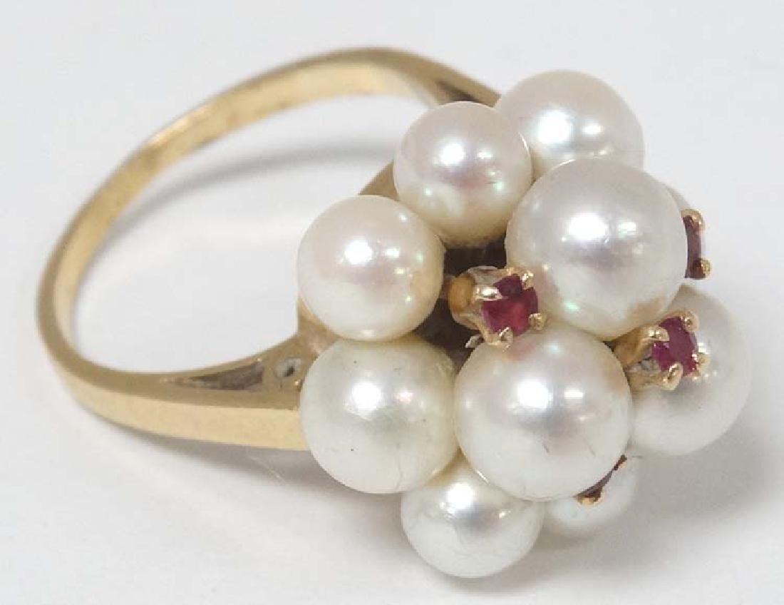 Peal & Ruby ring : A 'K18' gold ring set with pearl