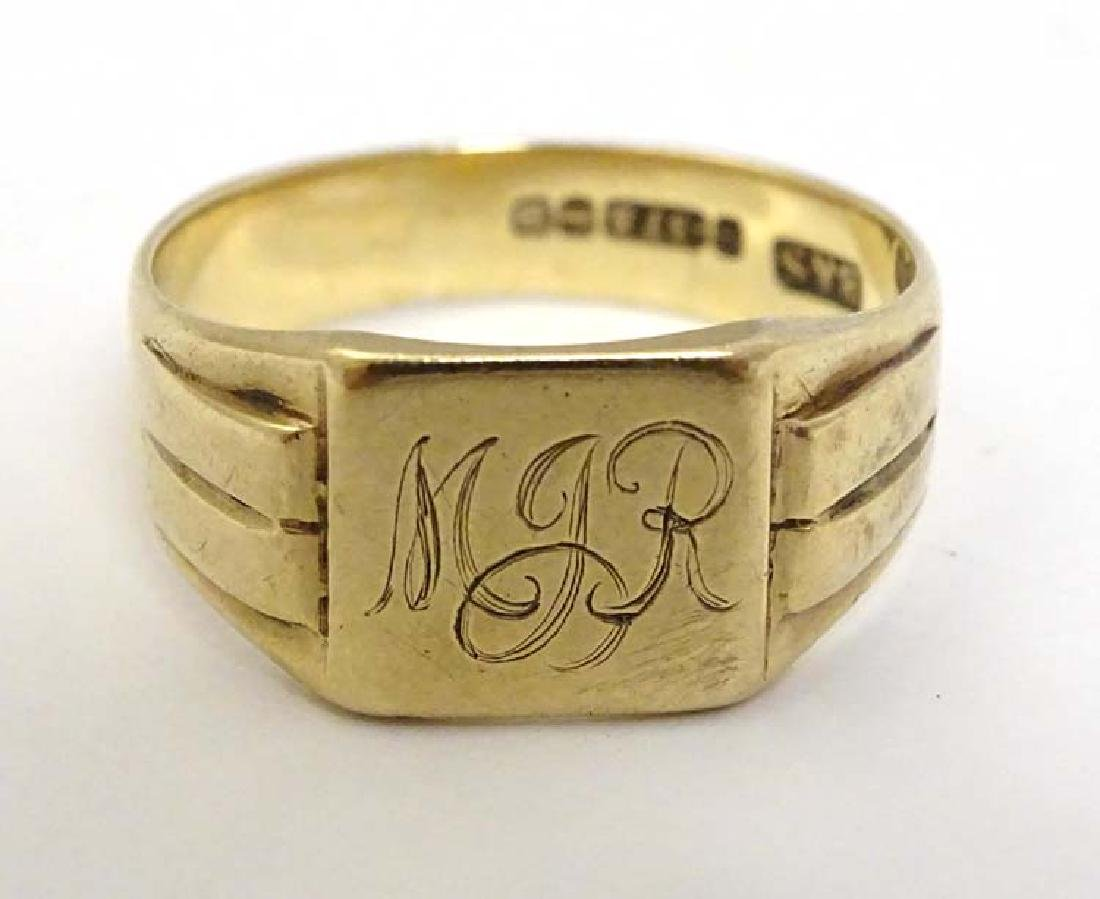 A 9ct gold signet ring engraved MJR (4g)