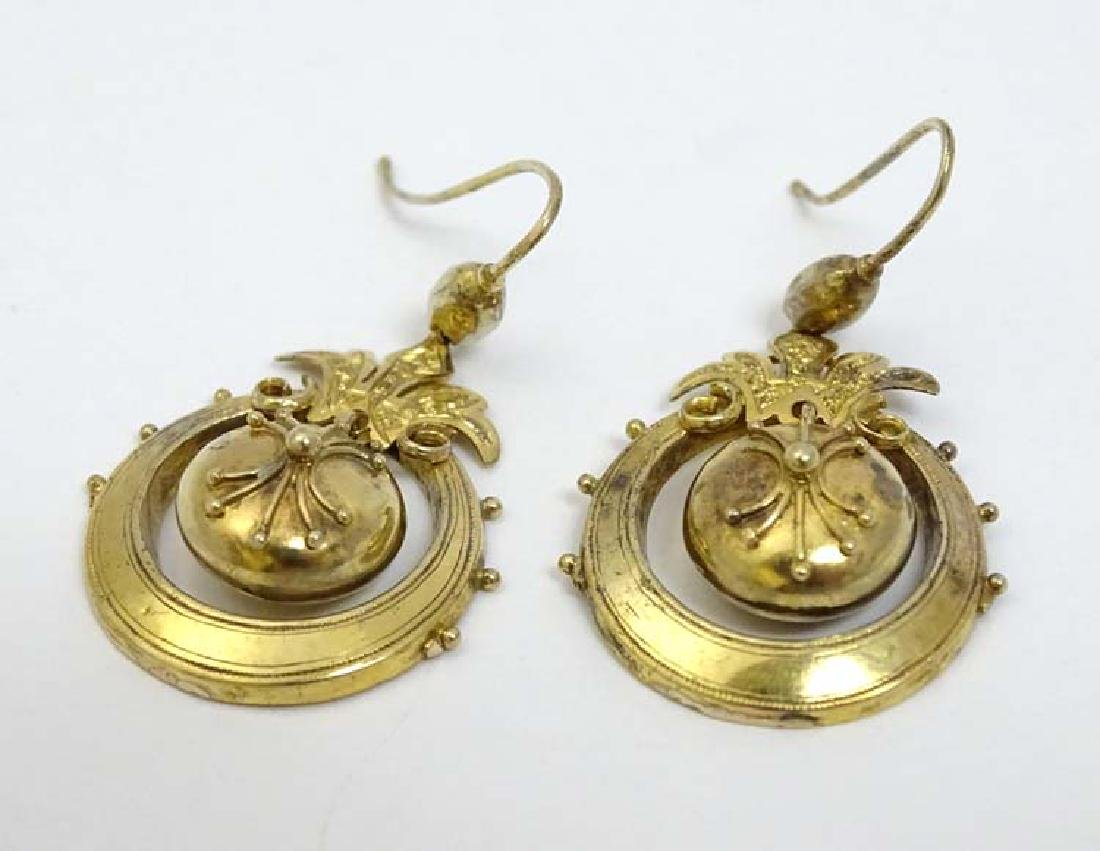 A pair of yellow metal drop earrings approx 1 1/4''