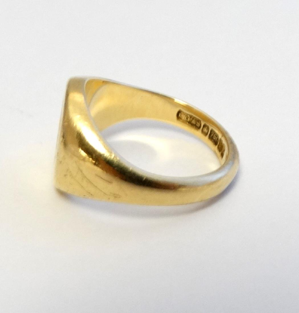 An 18ct gold signet ring with engraved leopards head - 3