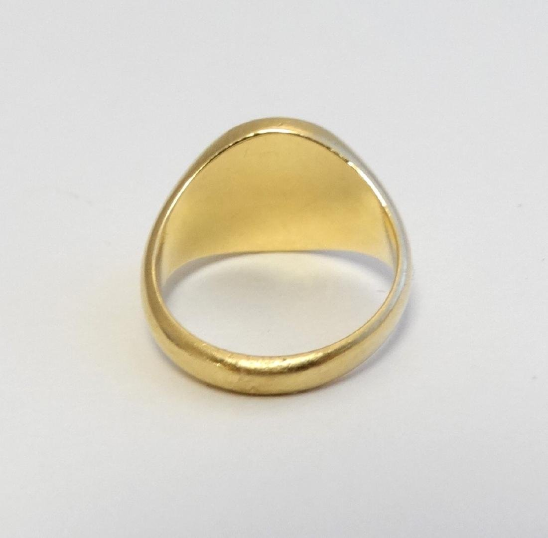 An 18ct gold signet ring with engraved leopards head - 4
