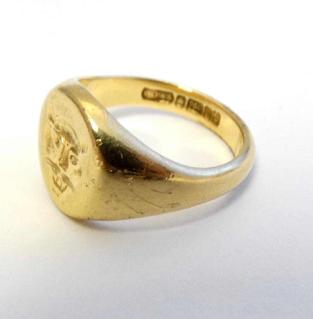 An 18ct gold signet ring with engraved leopards head - 6
