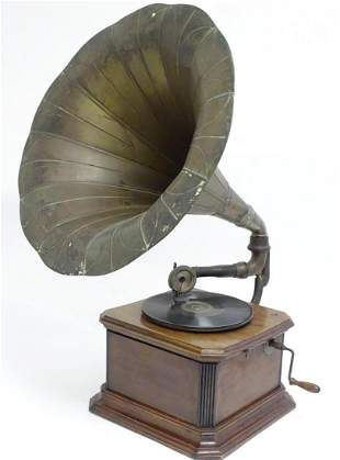An early 20thC gramophone / phonograph , the clockwork