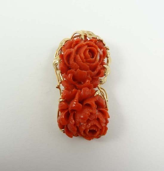 745: A 14ct gold pendant set with carved coral floral d