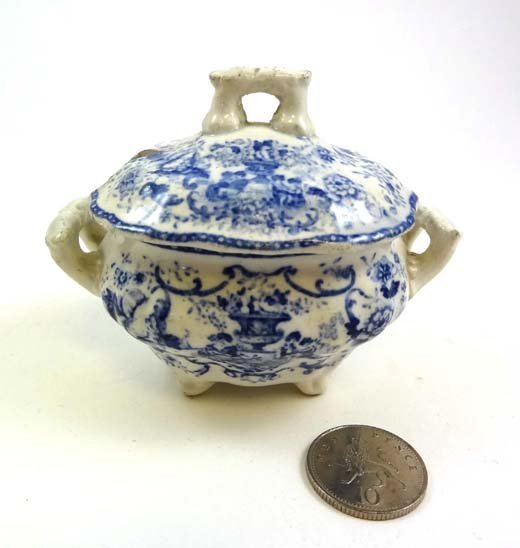 354: A 19thC Doll's blue and white transfer printed lid