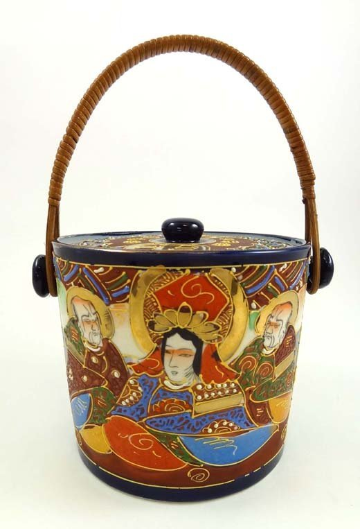 369: A 20thC Satsuma covered biscuit barrel having bask