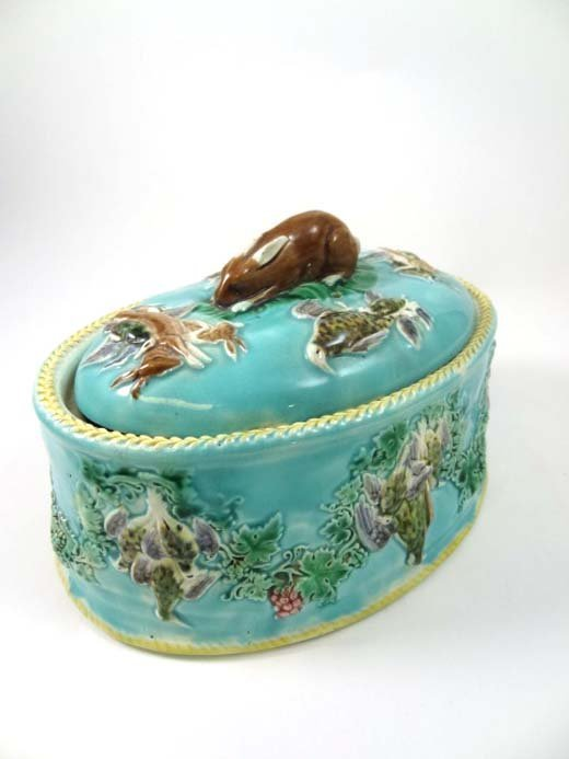 373: A Wedgwood majolica game pie dish moulded with gar