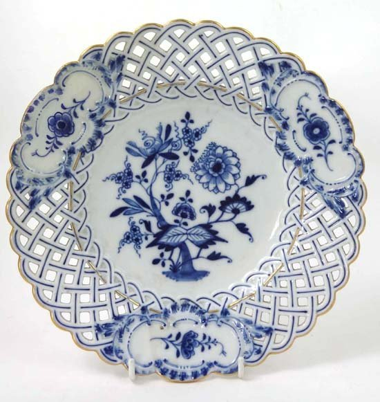 367: An early 20thC Meissen blue and white cabinet plat