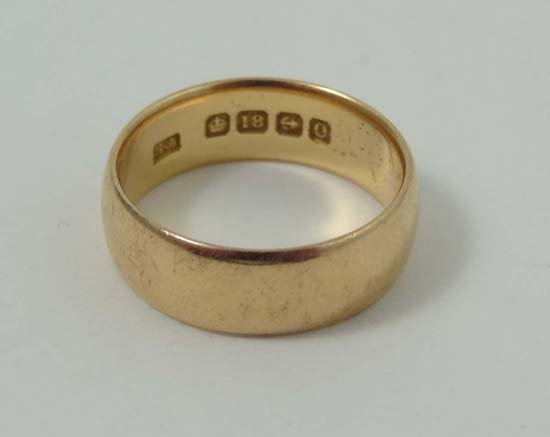 678: An 18ct gold ring (6g)