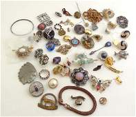 A quantity of assorted vintage costume jewellery includ
