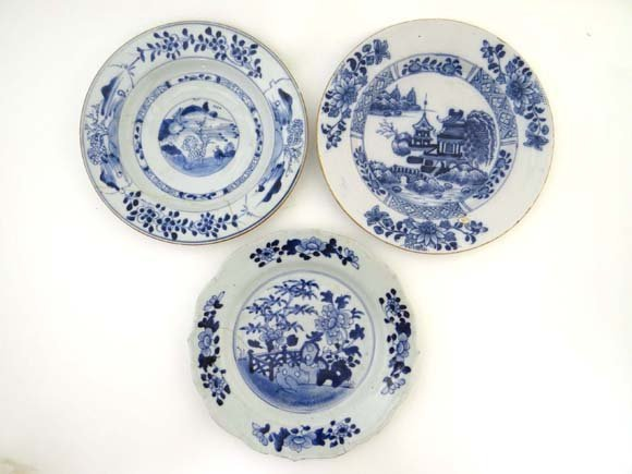 A collection of 3 18thC blue and white Chinese porcelai