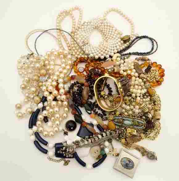 Vintage Costume jewellery to include assorted