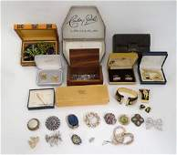 A quantity of assorted costume jewellery to include