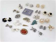 A quantity of assorted vintage costume jewellery etc