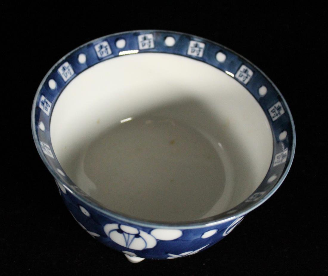 Pair Japanese Blue white Porcelain Teabowls with Cover - 4
