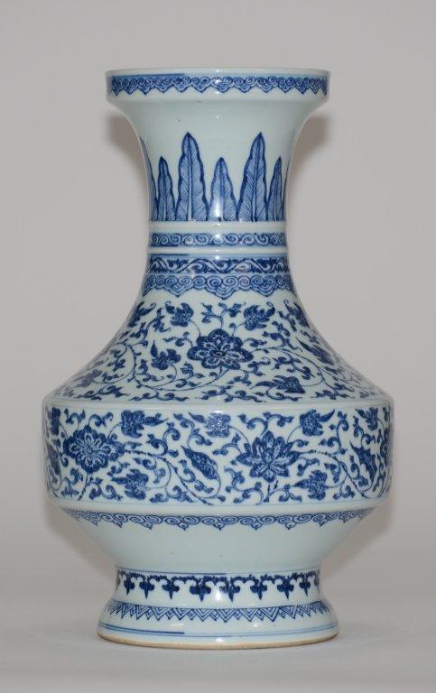 Chinese 18th cen Blue White Porcelain Vase