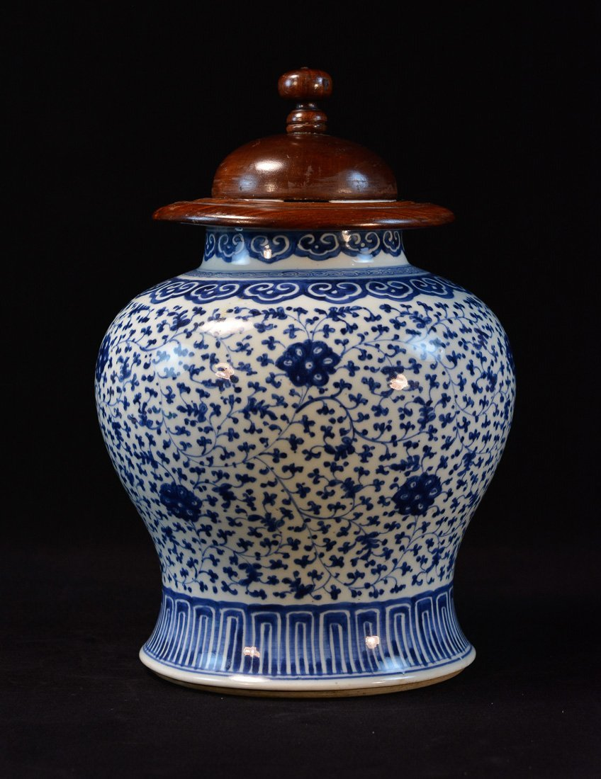 Chinese Blue White Porcelain Blauster Jar with Wood