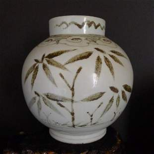 A Chinese Antique Blue & White ight Scanning Jar