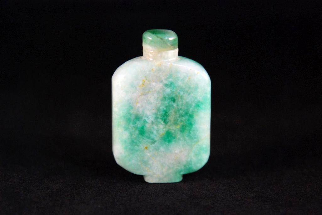 5: A APPLE-GREEN RECTANGULAR JADE SNUFF BOTTLES