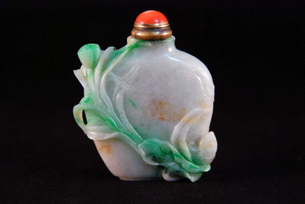8: A WHITE AND GREEN JADE SNUFF BOTTLES
